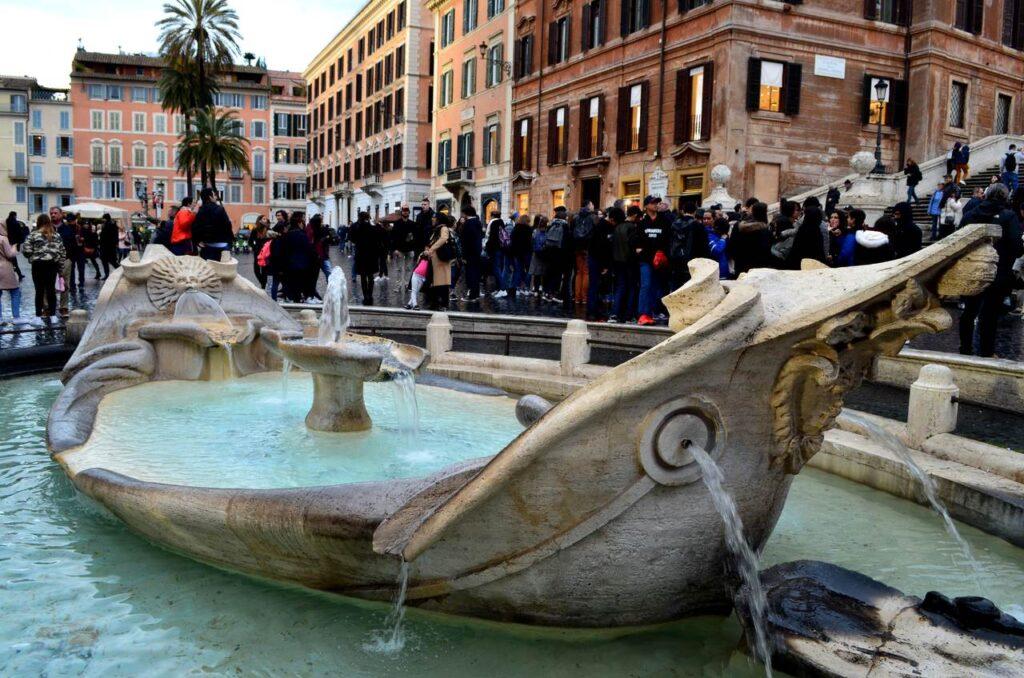 Fontana della Barcaccia na Piazza di Spagna em Roma Itália