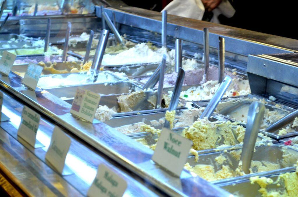 Gelados à venda na gelataria Giollitti de Roma Itália
