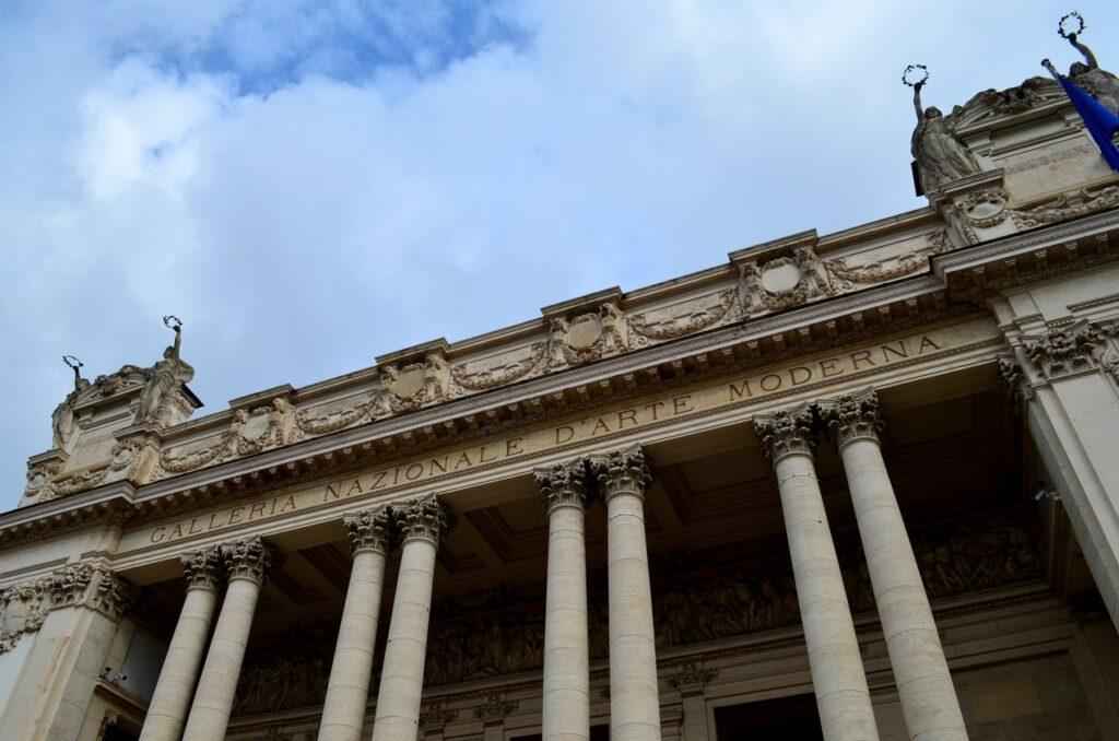 Inscrição no topo da fachada da Galeria Nacional de Arte Moderna e Contemporânea de Roma Itália