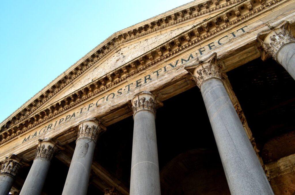 Inscrição no topo da fachada do Panteão de Roma em Itália