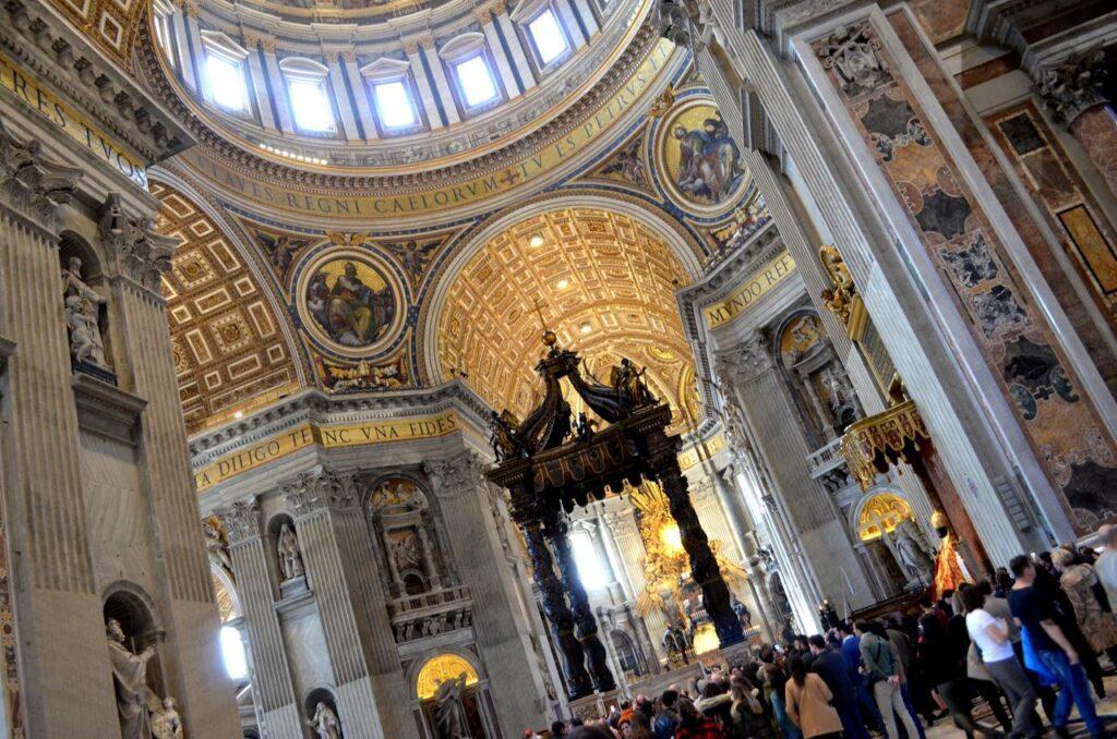 Interior da Basílica de São Pedro no Vaticano Roma Itália