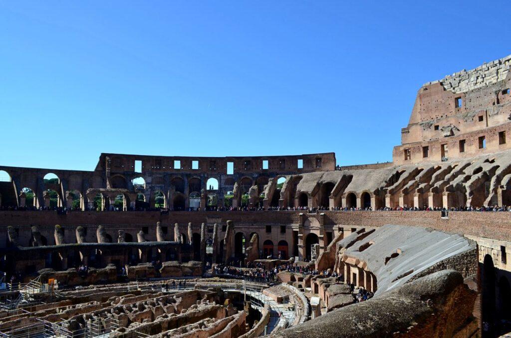 Interior do Coliseu de Roma em Itália