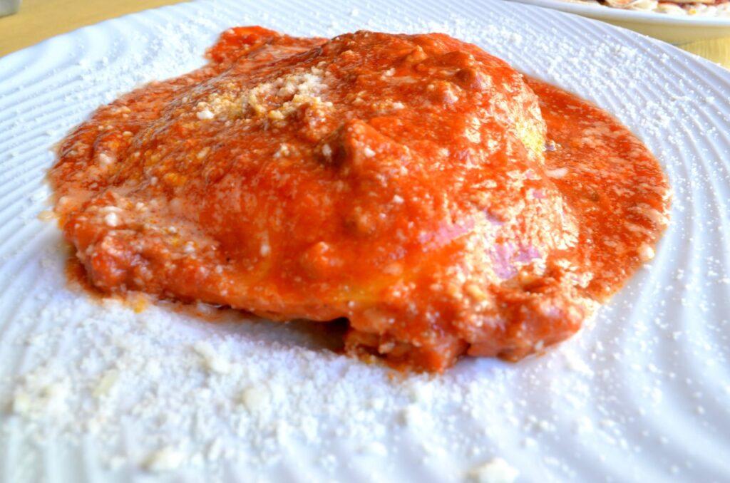 Lasanha de carne servida na Pizzaria Forum de Roma, Itália