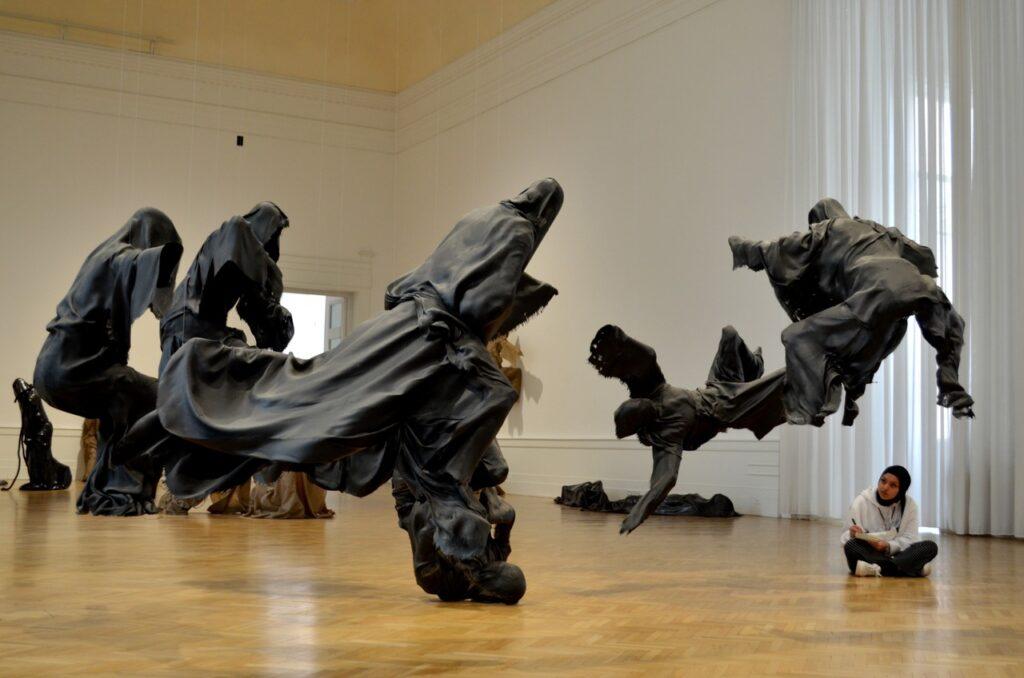 Obras de arte a serem desenhadas por uma visitante na Galeria Nacional de Arte Moderna e Contemporânea de Roma Itália
