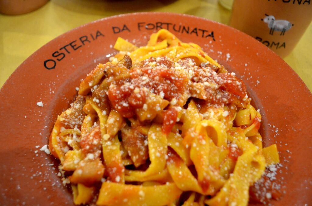 Pasta al pomodoro servida na Osteria Forntunada em Roma Itália