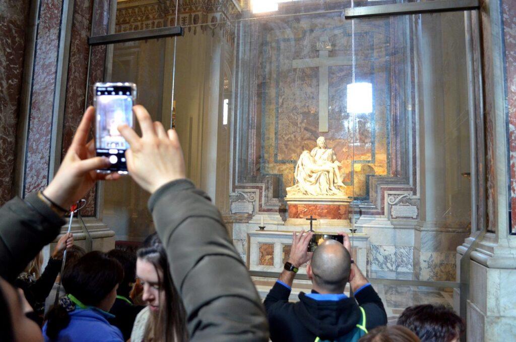 Pieta de Michelangelo fotografada por turistas na Basílica de São Pedro Roma Itália