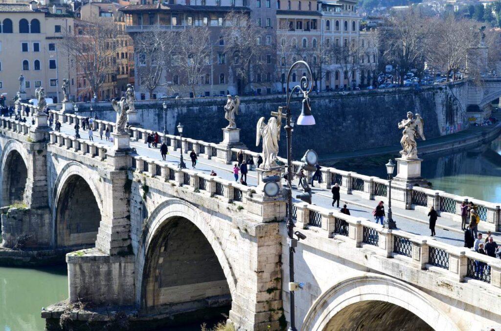 Ponte em frente ao Castelo de Sant Angelo em Roma Itália