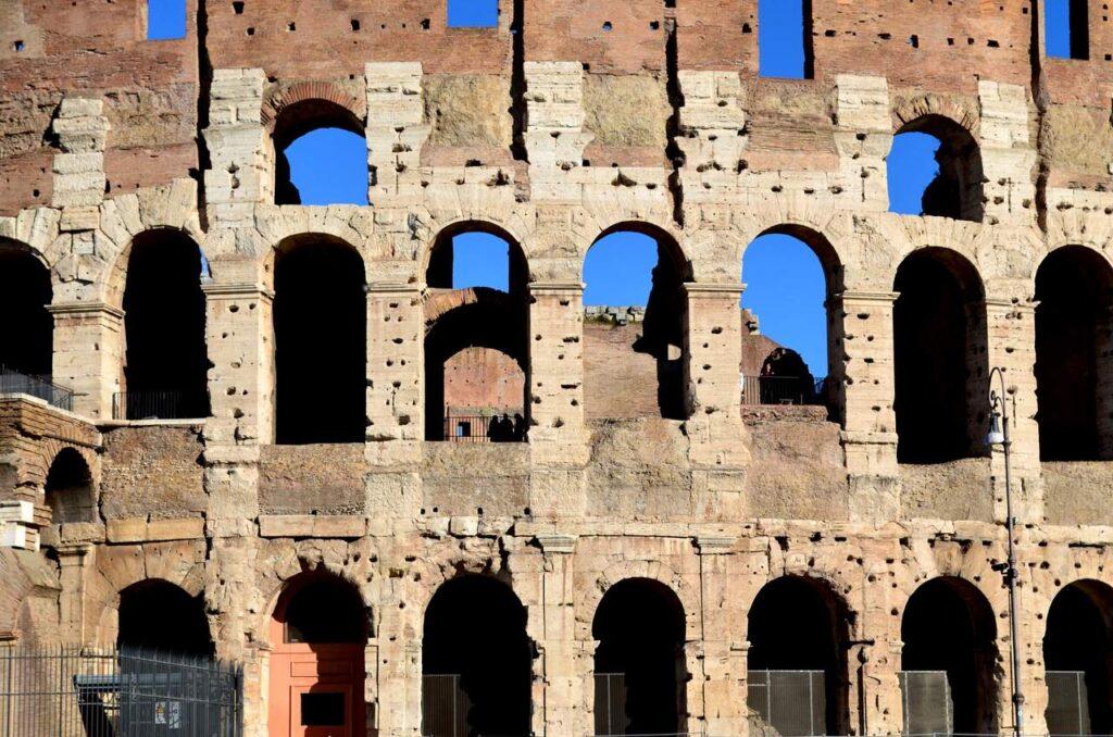 Pormenor da fachada do Coliseu de Roma em Itália