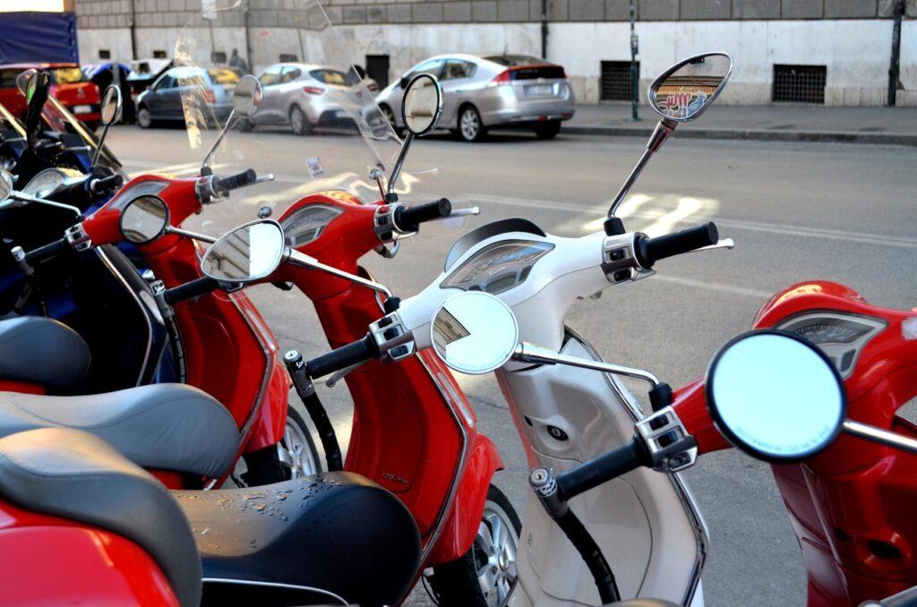 Vespas vermelhas e brancas em Roma Itália