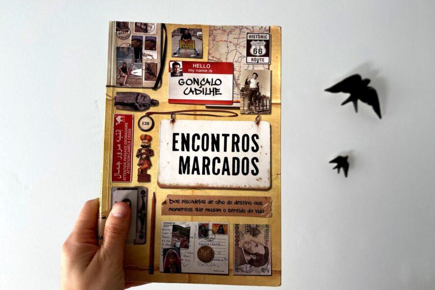 Capa do livro Encontros Marcados de Gonçalo Cadilhe fotografada em frente a duas andorinhas Bordalo Pinheiro pretas