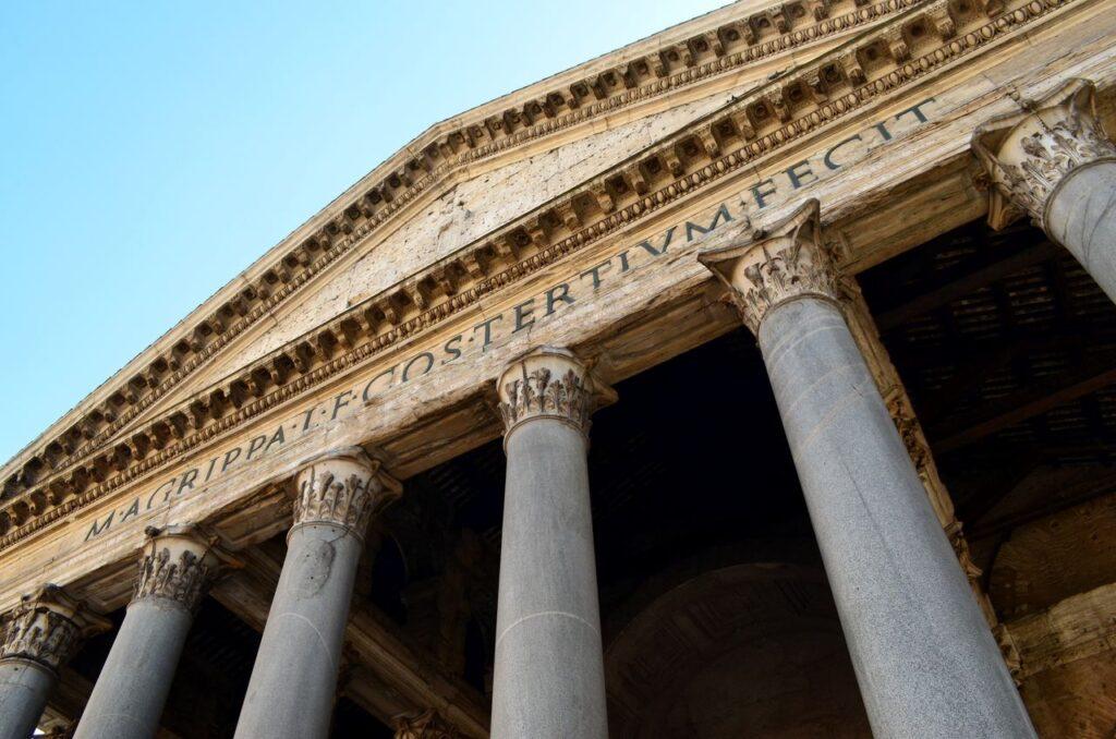 Fachada do Panteão de Roma Itália com a inscrição M.AGRIPPA.L.F.COS.TERTIVM.FECIT que significa Marco Agrippa, filho de Lúcio, cônsul pela terceira vez, o fez