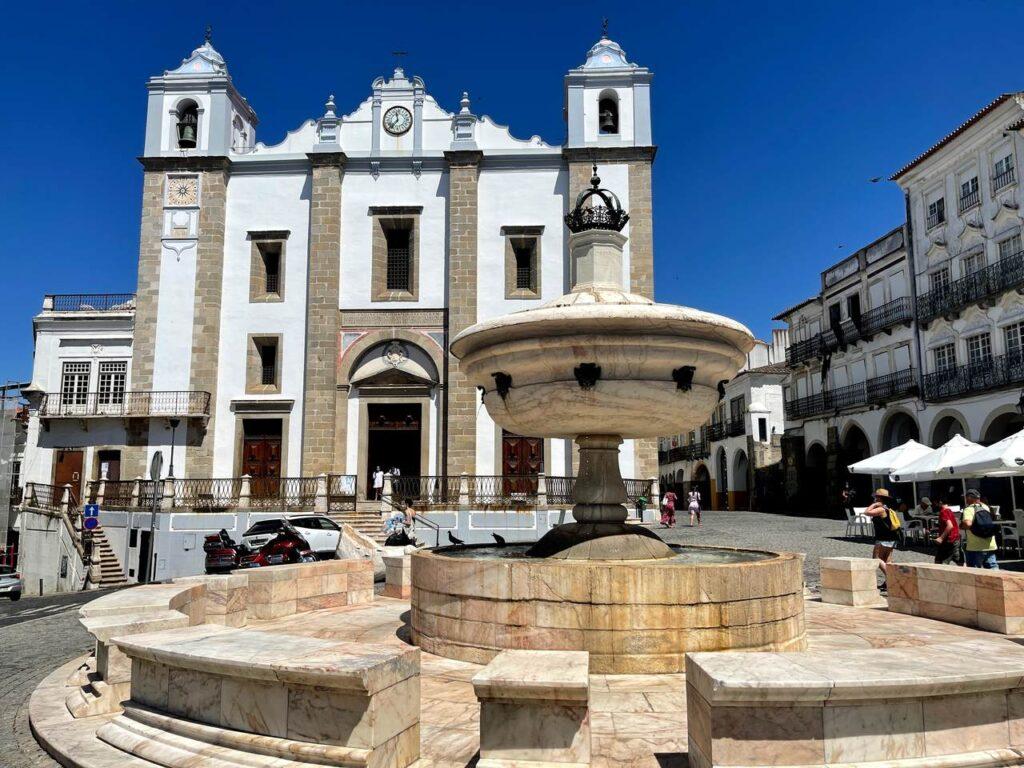 Chafariz da Praça do Giraldo e Igreja de Sano Antão em Évora