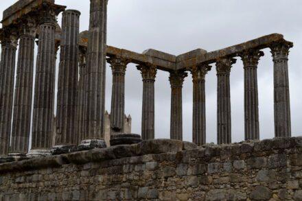 Imagem aproximada do Templo de Évora
