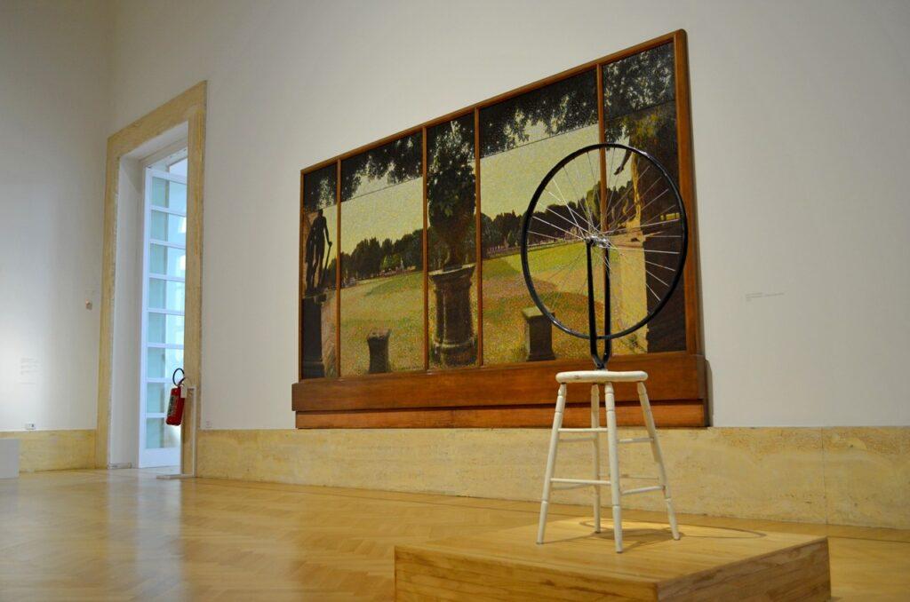 Roda de Bicicleta de Marcel Duchamp em exibição na Galeria Nacional de Arte Moderna e Contemporânea de Roma