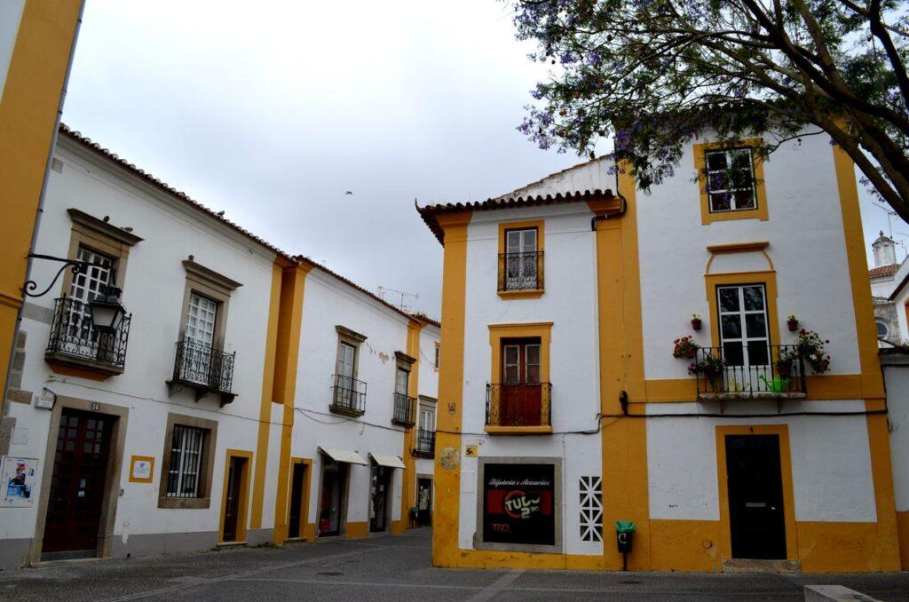 Rua e fachadas de casas em Évora