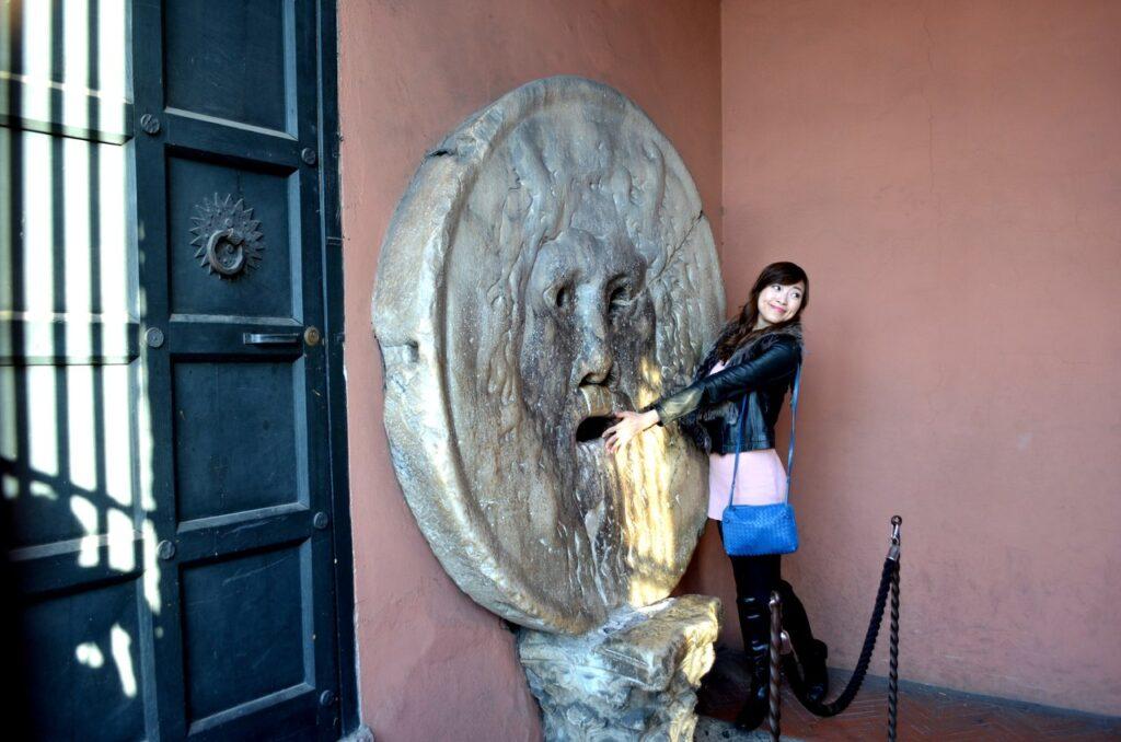 Turista deixa-se fotografar na Boca da Verdade de Roma Itália