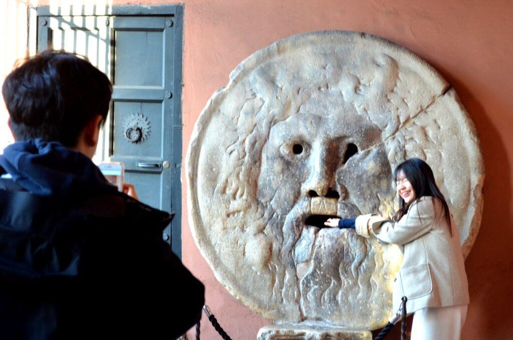 Turista retira mão da Boca da verdade em Roma Itália