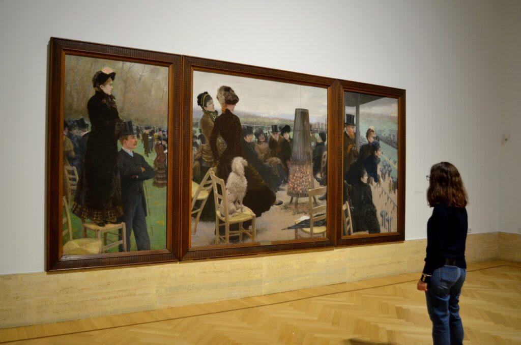 Visitante observa obra de arte na Galeria Nacional de Arte Moderna e Contemporânea de Roma