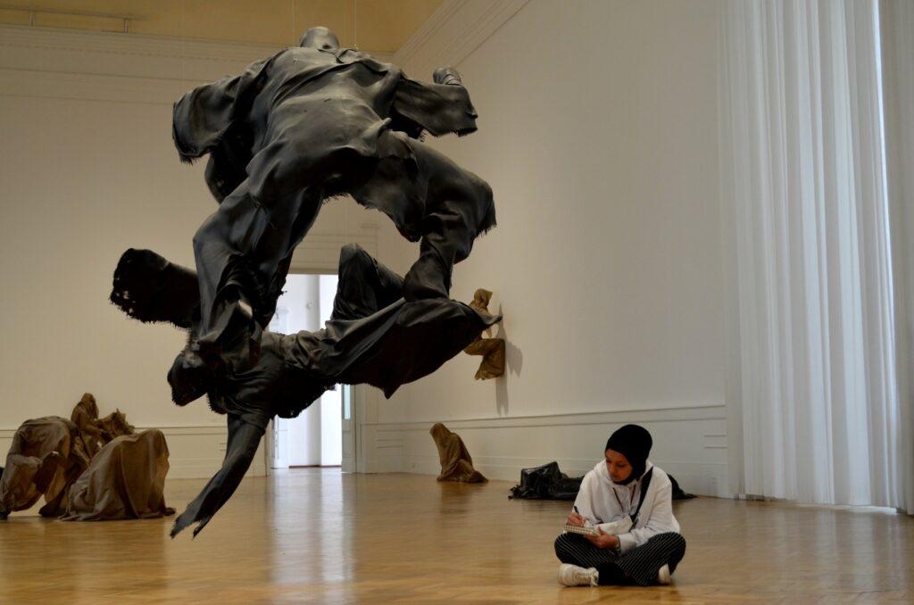Visitante reproduz peça da Galeria Nacional de Arte Moderna e Contemporânea de Roma