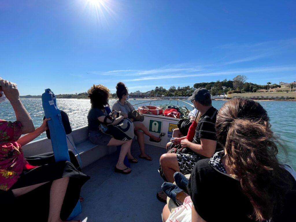 Banhistas durante viagem de barco entre a praia de Cacela Velha e a aldeia
