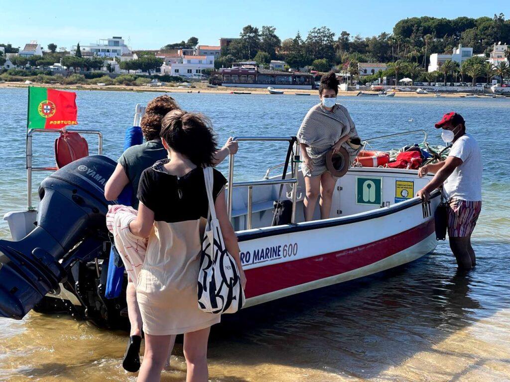 Banhistas embarcam no barco que faz a viagem entre a praia de Cacela Velha e a aldeia