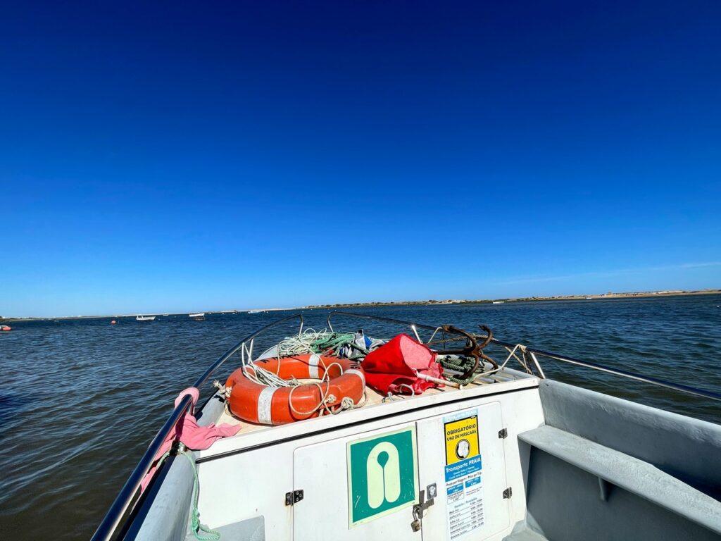 Barco de pescadores na viagem entre a praia de Cacela Velha e a aldeia