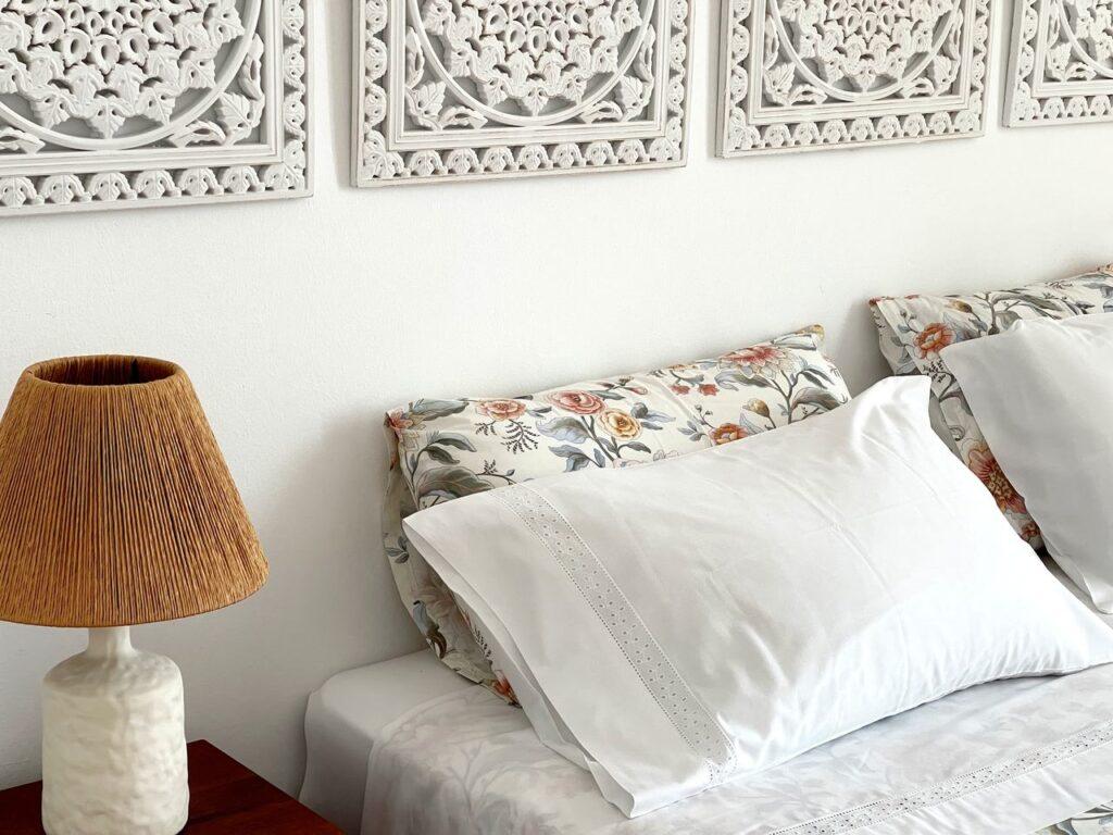 Detalhes da cama e cabeceira da suite principal da Formosa Guest House