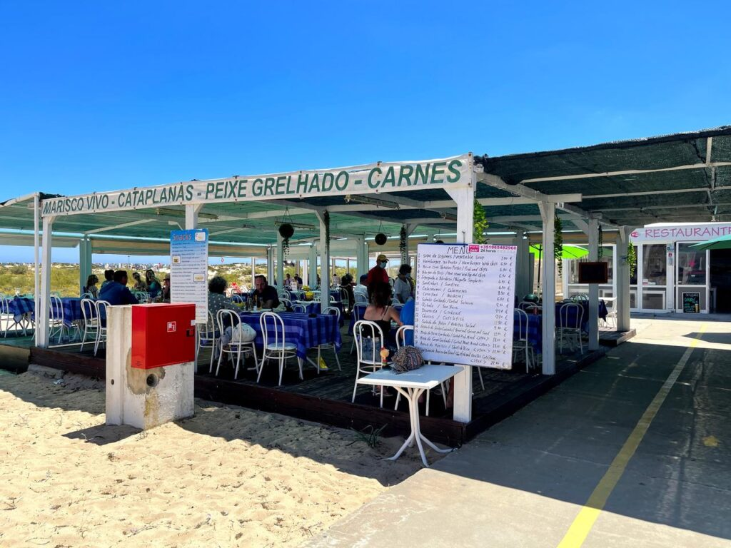 Esplanada do Restaurante DinoSelf na Praia da Ilha de Tavira
