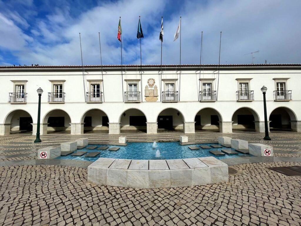 Fonte e fachada da Câmara Municipal de Tavira