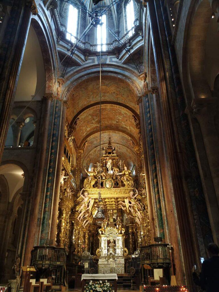 Interior da Catedral de Santiago com o botafumeiro Caminho de Santiago