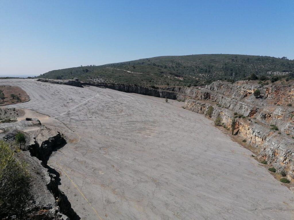 Pedreira-do-Galinha-2-visita-ao-Monumento-Nacional-das-Pegadas-de-Dinossáurios-em-Ourem