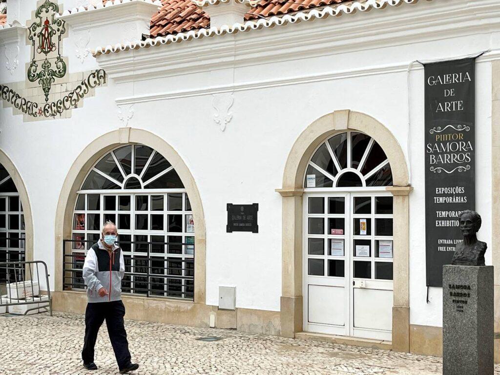Busto do Pintor Samara Barros em frente à Galeria de arte Samara Barros em Albuferia