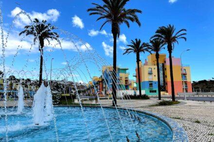 Fonte jorra água na avenida da Marina de Albufeira