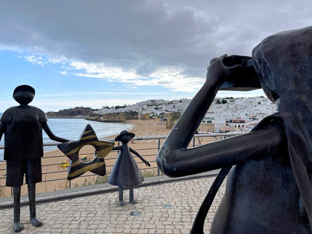 Monumento aos turistas no Miradouro do Pau da Bandeira com a Praia dos Pescadores de Albufeira em fundo