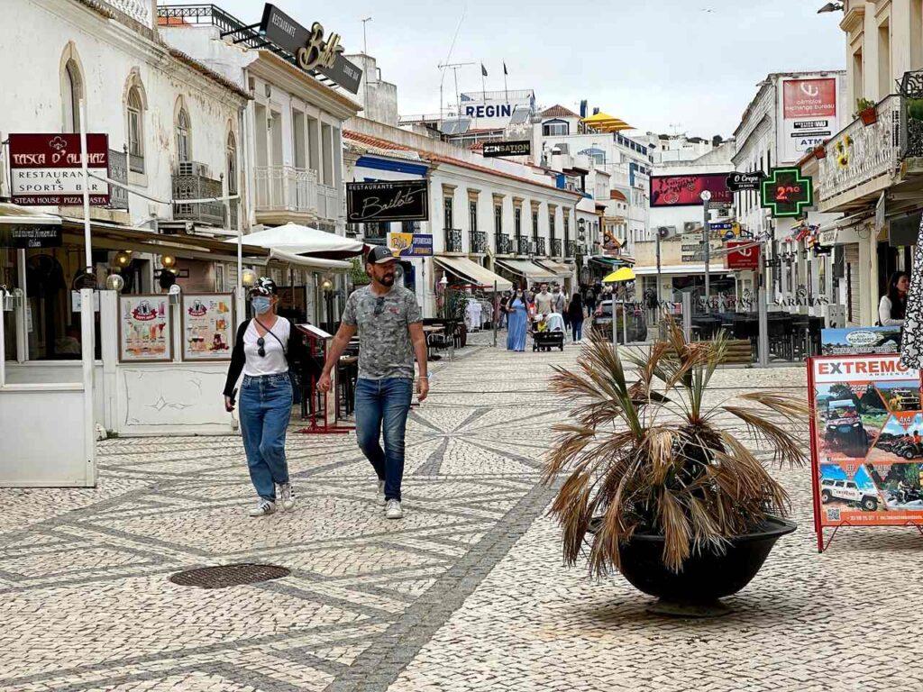 Turistas passeiam na Rua 5 de Outubro em Albufeira