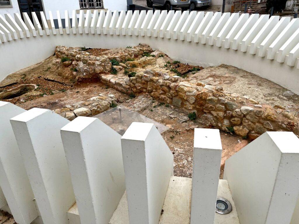 Vestígios arqueológicos do período islamico em frente ao Museu Municipal de Arqueologia de Albufeira